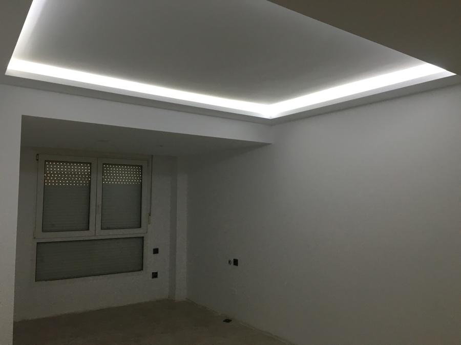 Reforma de vivienda techo foseado con luz indirecta