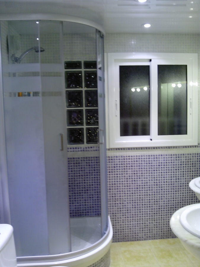 Foto reforma integral de ba o con mampara y ventana de for Tipos de ventanas de aluminio para banos
