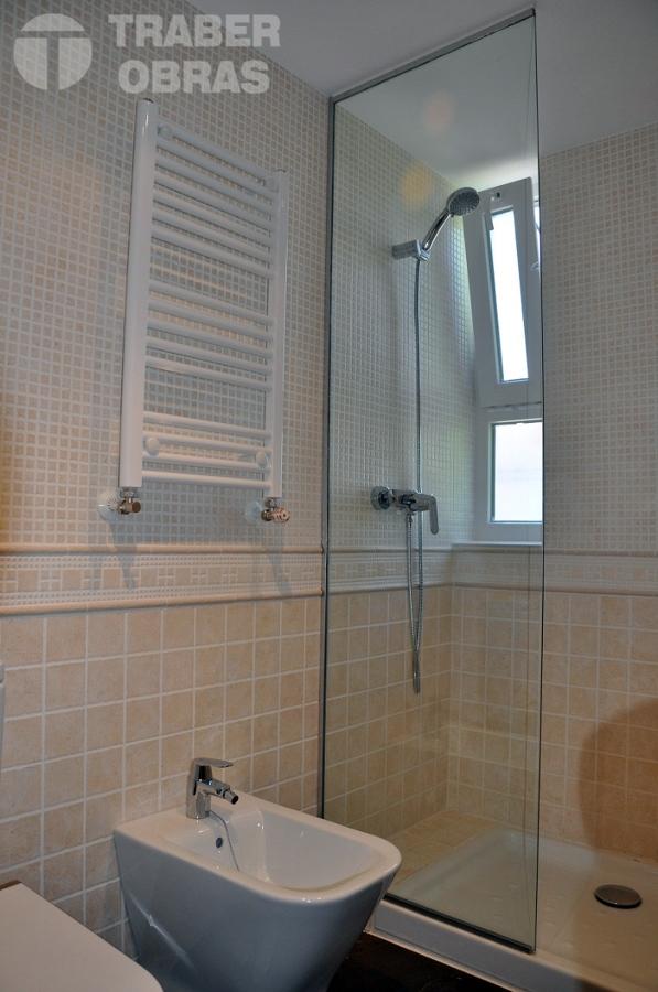 Reforma integral de vivienda por Traber Obras - cuarto de baño.