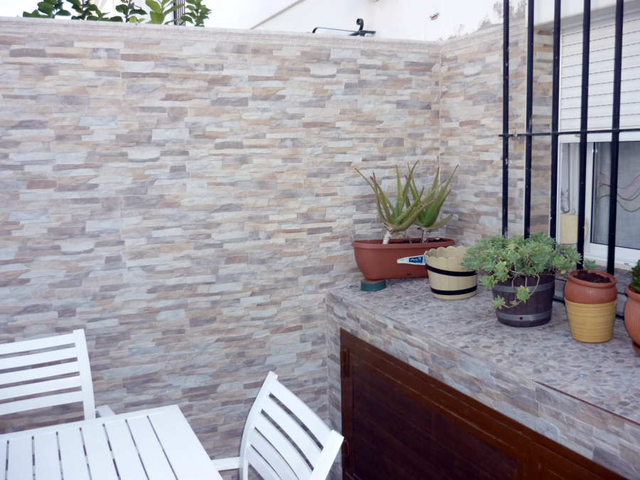 Reforma de patio y fachada en tomares ideas reformas for Piedras para decorar patios