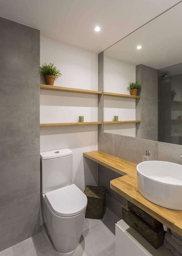 Una vivienda gris con una decoraci n simple y cuidada - Alicatado banos modernos ...