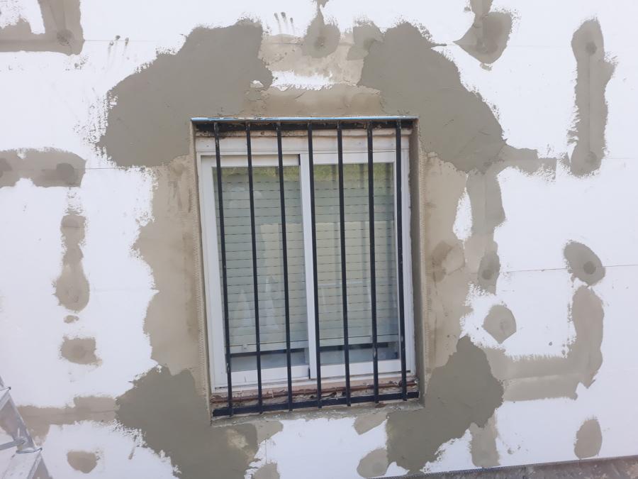 Reforzando las esquinas de la ventana con malla