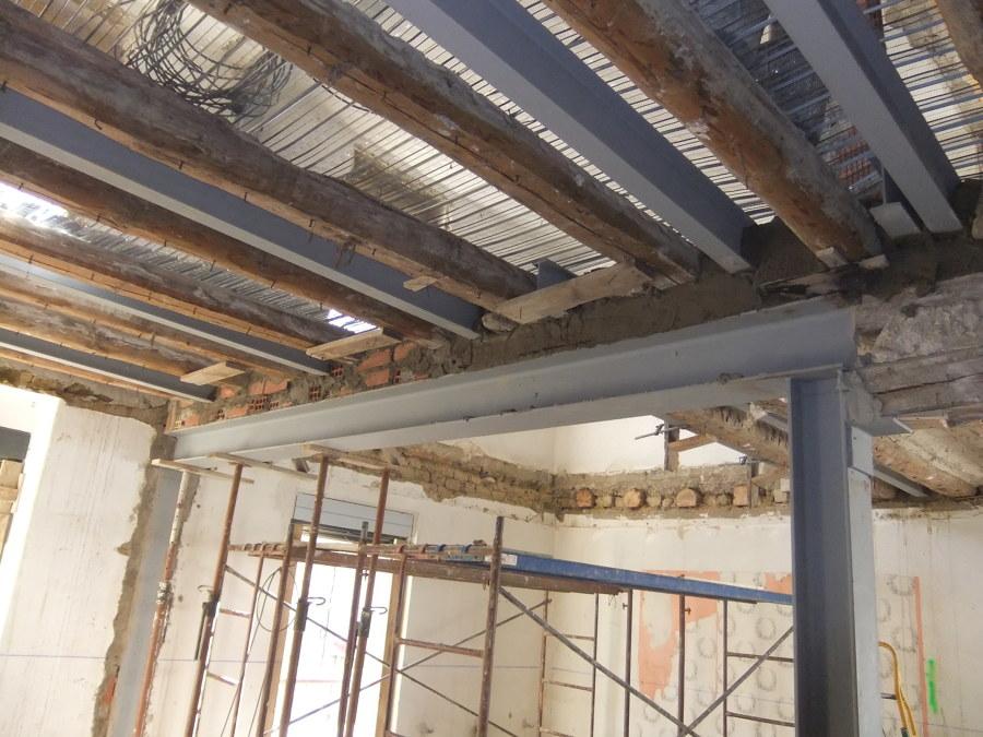 Foto refuerzo estructural vigas de madera de maas - Como colocar vigas de madera ...