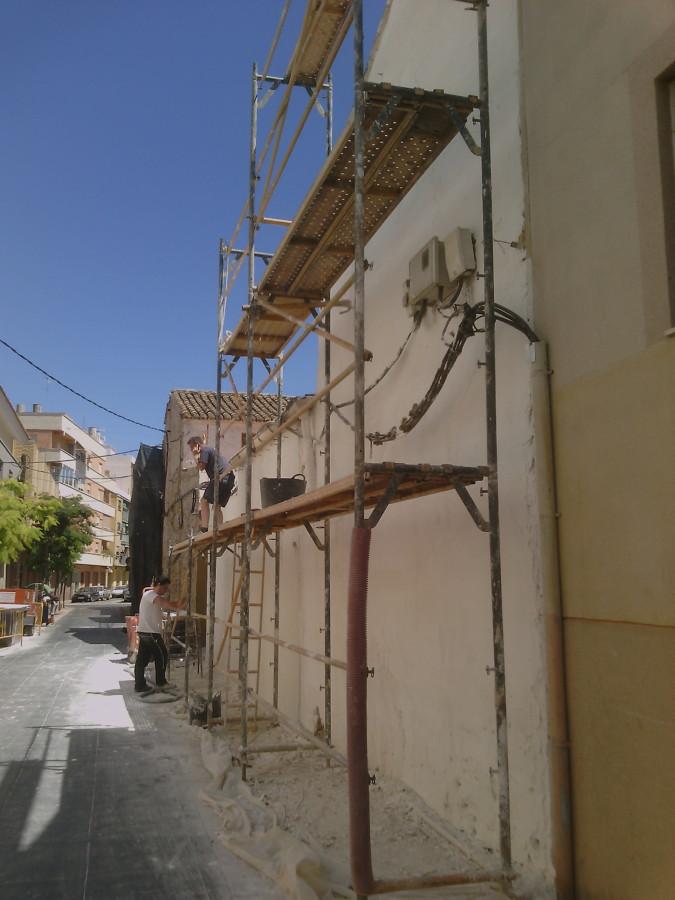 Rehabilitación  de fachada monocapa raspado blanco