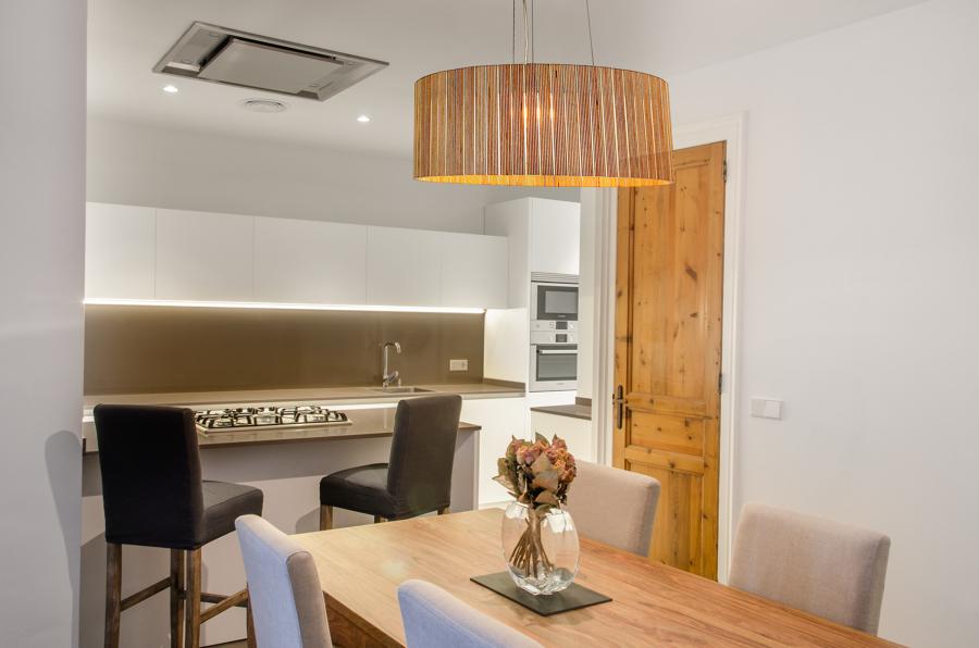 Una casa espectacular con suelos de microcemento y baldosa for Maderas para barras desayunadoras