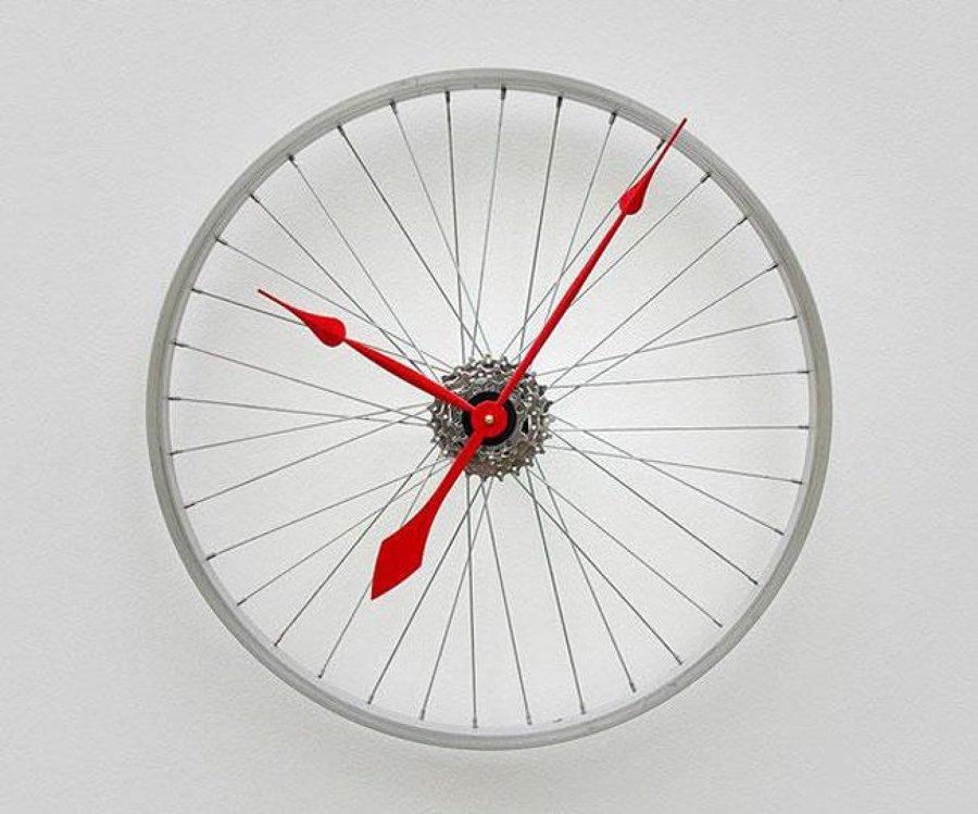 Reloj con una llanta de bicicleta