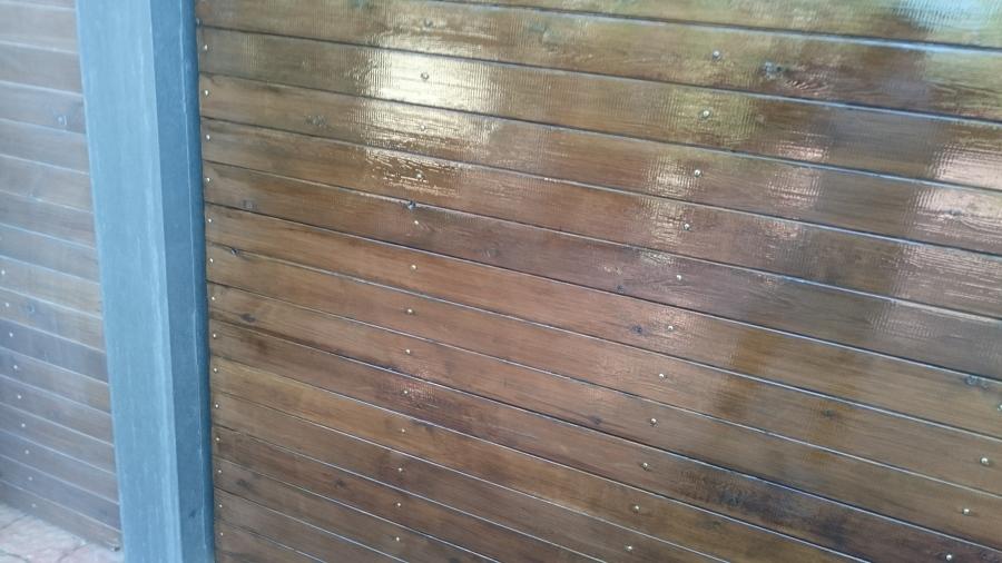 reparación y barnizado de portón de madera