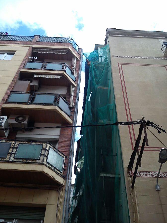 Reparando balcones y fachada.