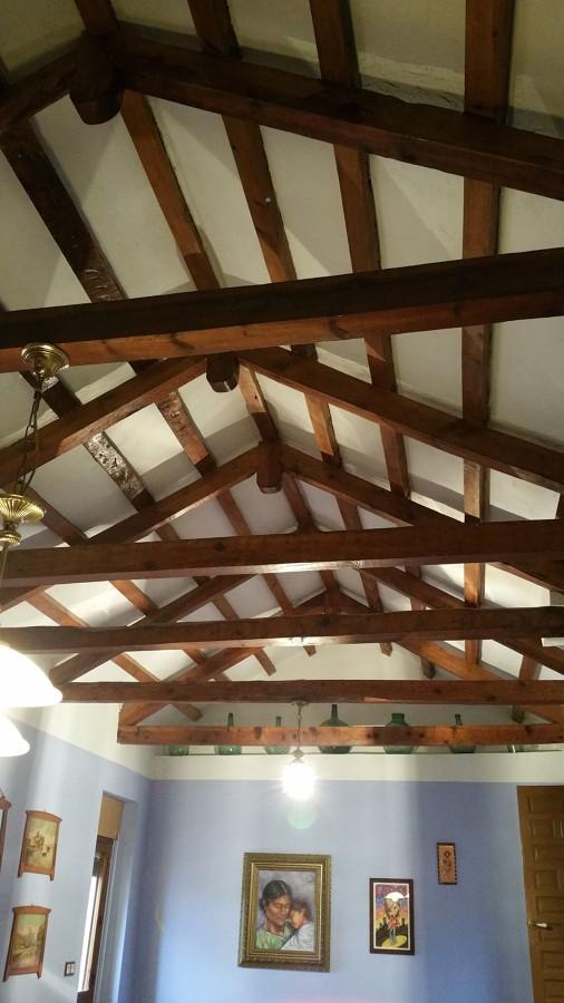 Foto restauraci n de vigas de madera techo y paredes de for Restauracion tejados de madera