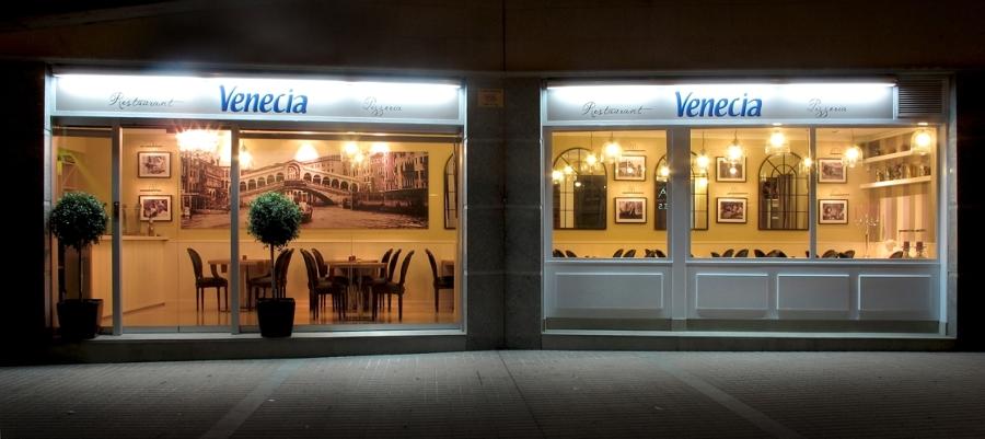Foto restaurante italiano fachada de blanco azabache for Fachadas de restaurantes modernos