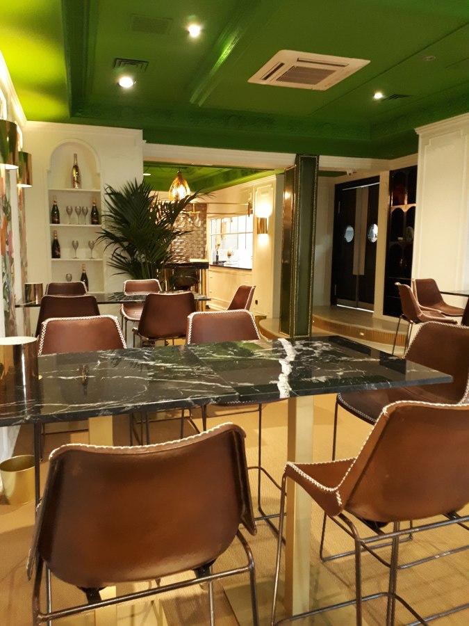 Restaurante zona mesas altas