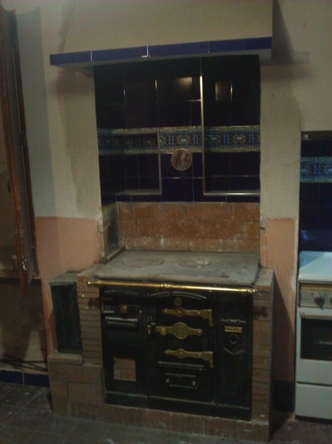 Reforma de cocina r stica con instalaci n de cocina de for Cocina a lena de fundicion