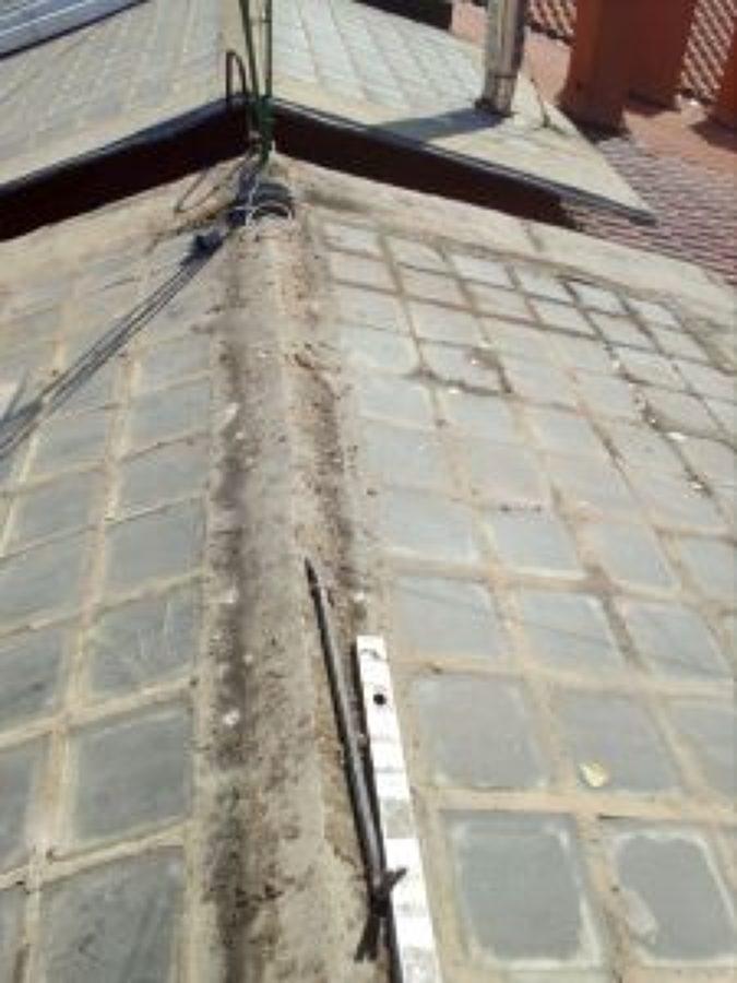Retirada de cobertura de placa ondulada plástica