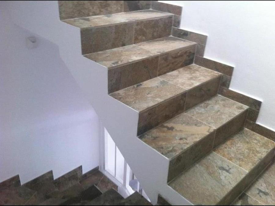 Foto revestimiento de escalera enplaqueta imitacion for Plaqueta imitacion piedra para exterior