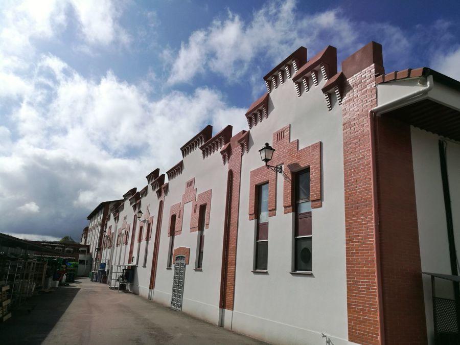 Revestimiento de fachada con corcho y cuarzo proyectado