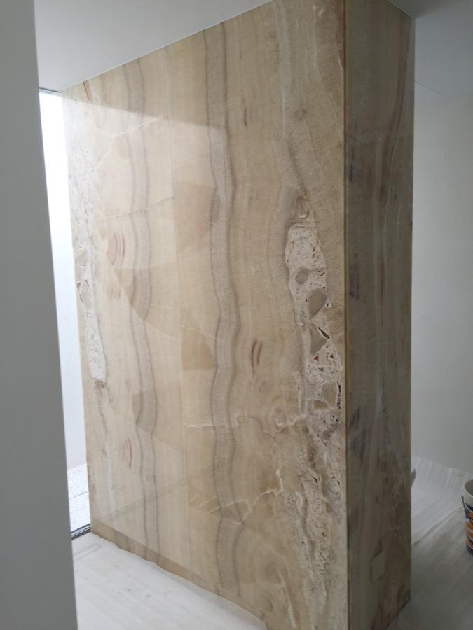Revestimiento decorativo en mármol baño dormitorio principal