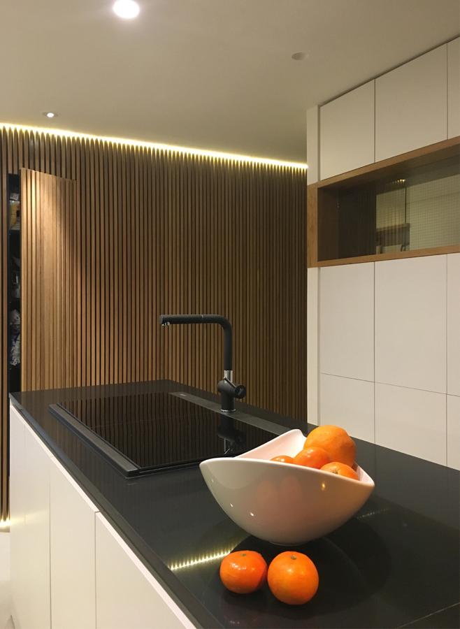 Blanco negro y roble una vivienda con alma ideas for Panel de revestimiento para banos y cocinas