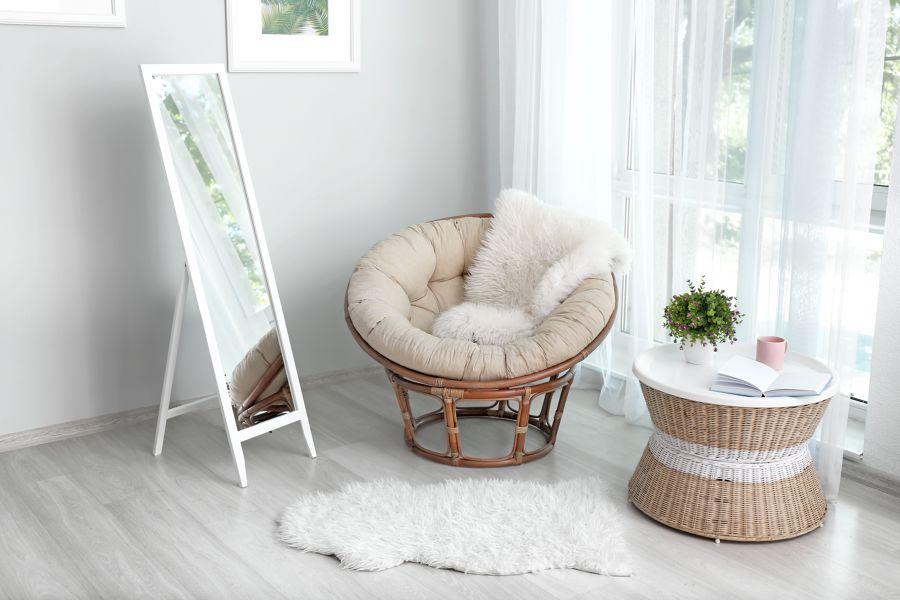 Rincón con espejo y sofá