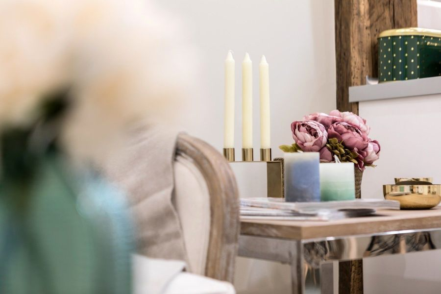 Rincón con flores y velas