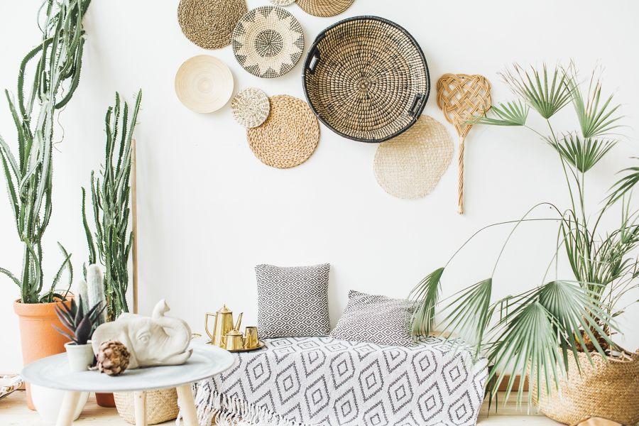 Rincón de descanso con elementos decorativos de mimbre y plantas