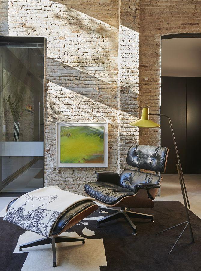 Rincón para leer en casa con pared de ladrillo