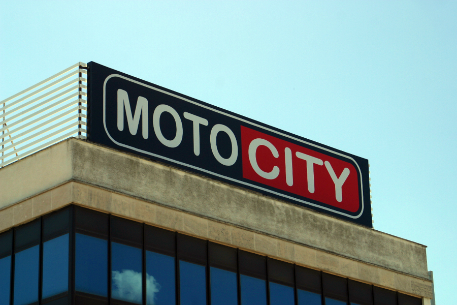 Rótulo luminoso con frontal de lona - Motocity Mallorca