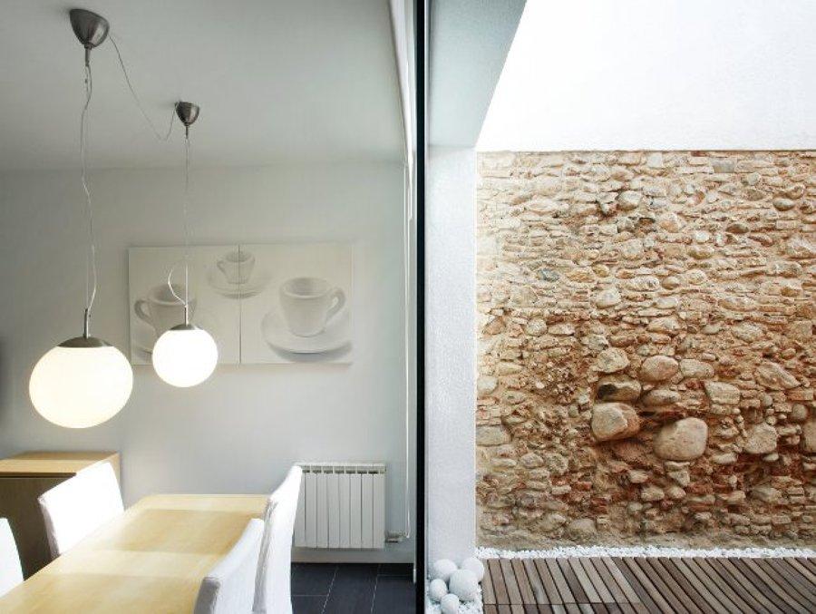 salón con vistas a un muro de piedra