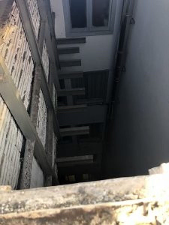 sacar el andamio existente en el primer patio de luces ya restaurado y pintado