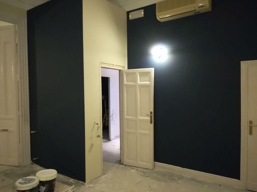 sala con puerta