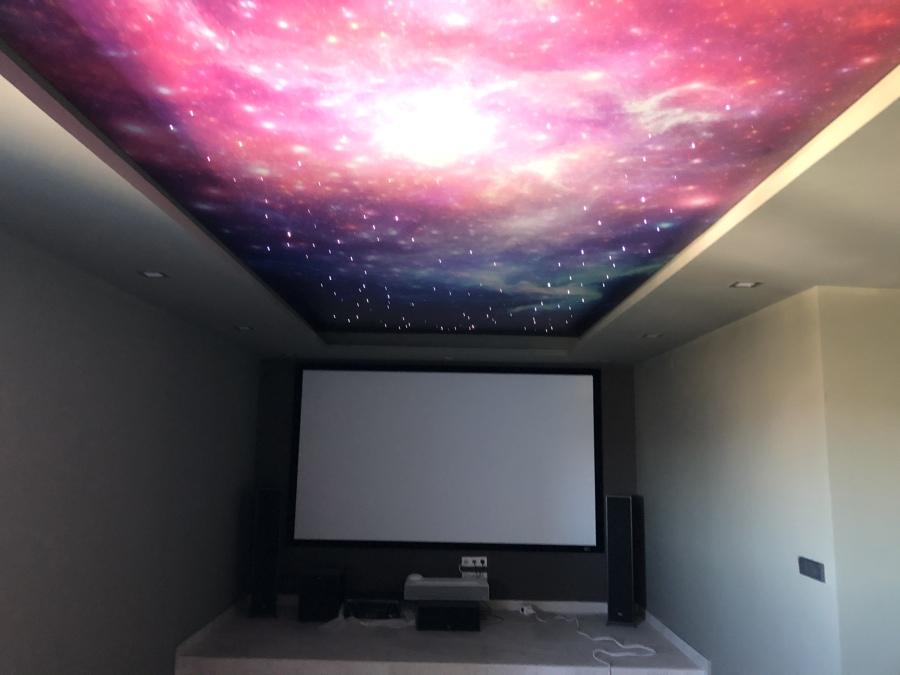 Sala de cine con techo de estrellas