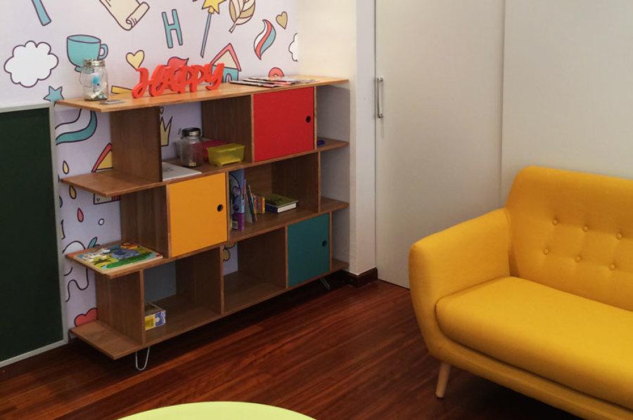 Sala de espera infantil. Mueble juguetes.