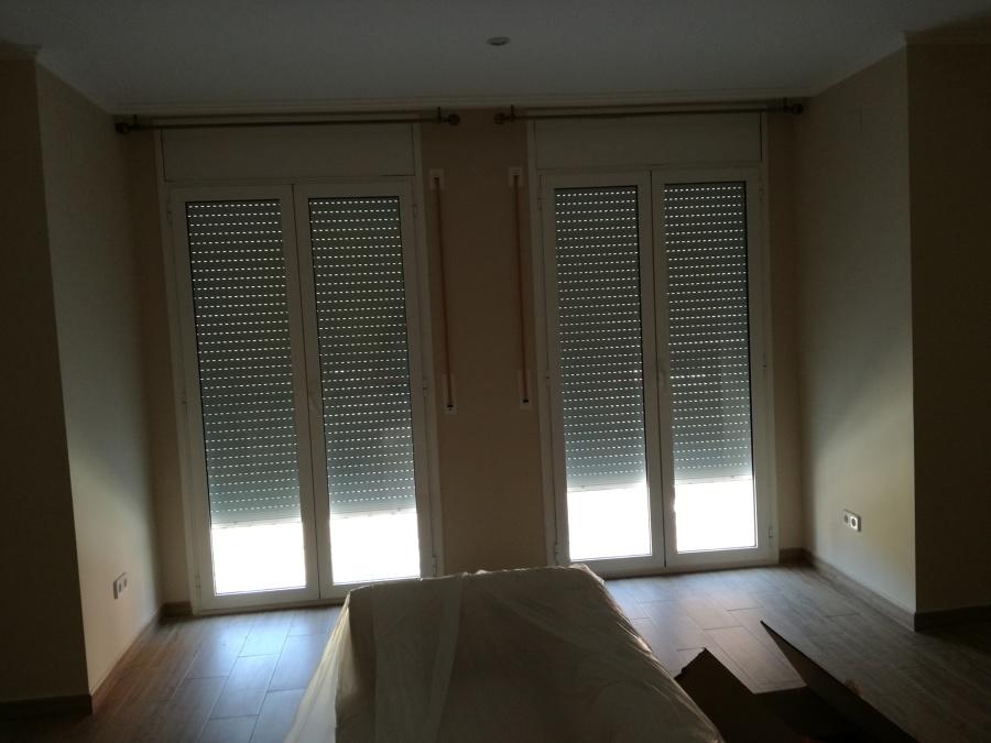 sala de estar con doble balconera