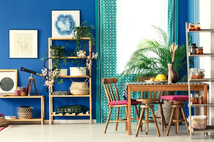 Sala de estar y comedor de color azul y estilo vintage
