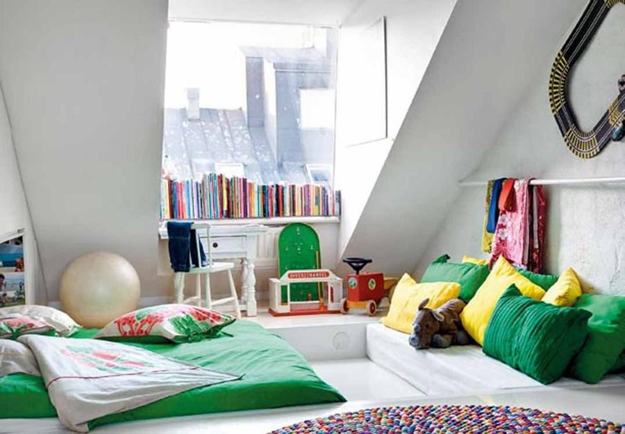 dormitorio con techos bajos donde le mobiliario llama la atención