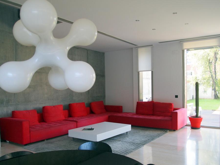 Una casa de estilo moderno con detalles en rojo ideas for Comedor gris con rojo