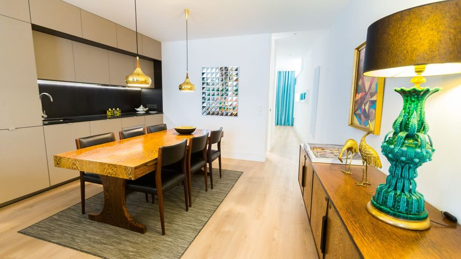 Salón abierto a la cocina con consola de madera