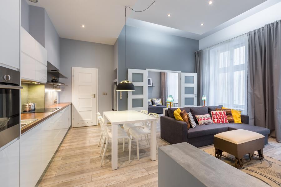 salón abierto a la cocina con luces Led ambientales