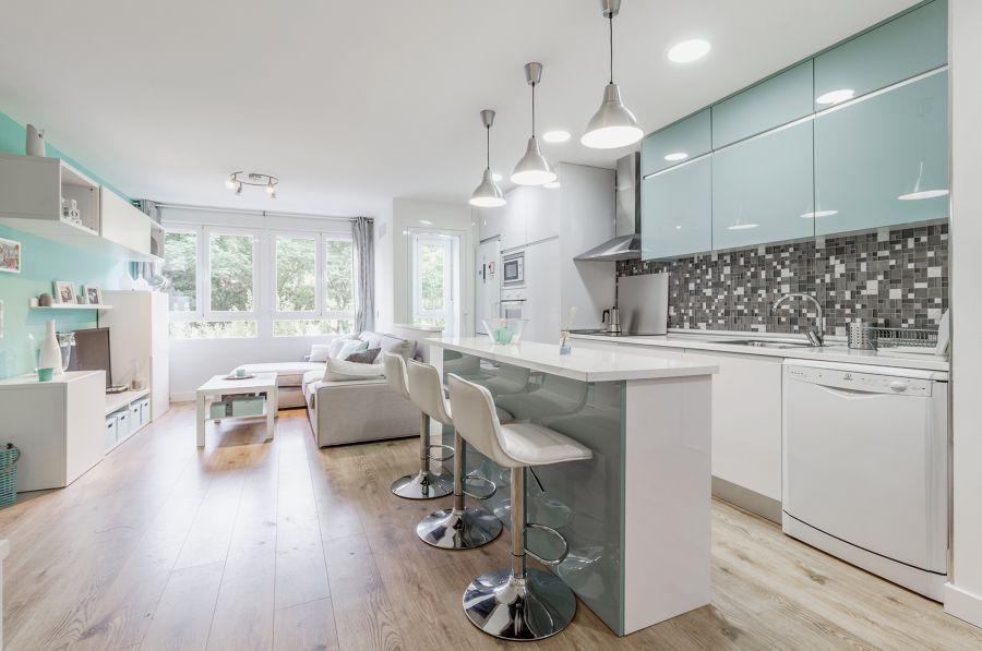 Salón abierto a la cocina con suelo laminado