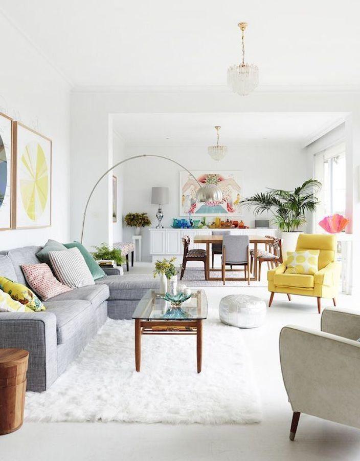 Salón amplio con butaca en amarillo