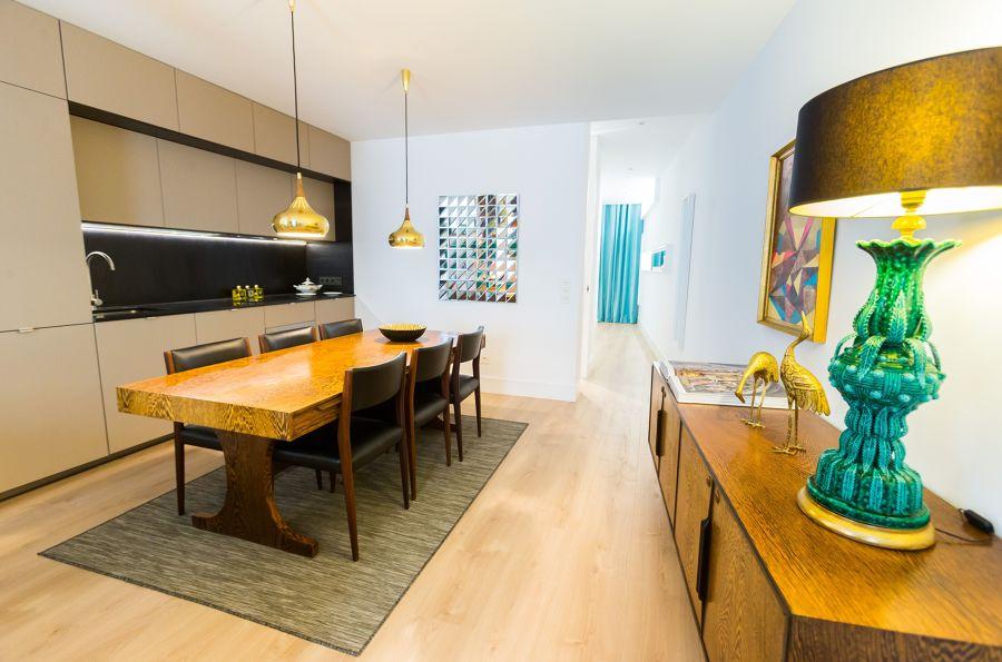 Salón clásico/chic con cocina integrada.