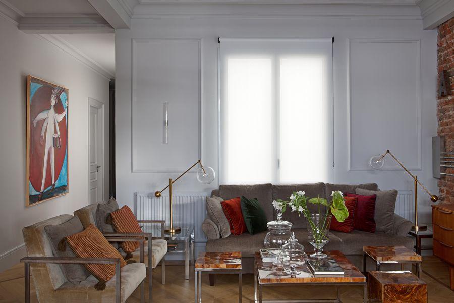 Salón clásico con molduras de escayola en pared y techo