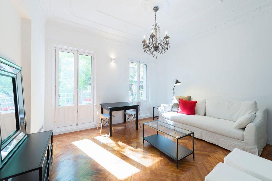 Salón clásico con ventana con acceso a balcón