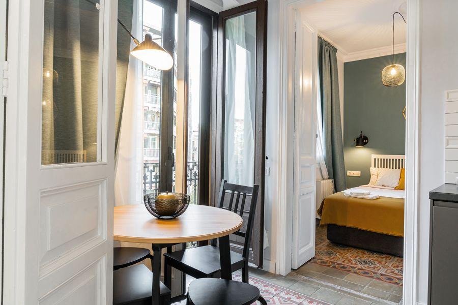 Salón clásico con ventanas de madera