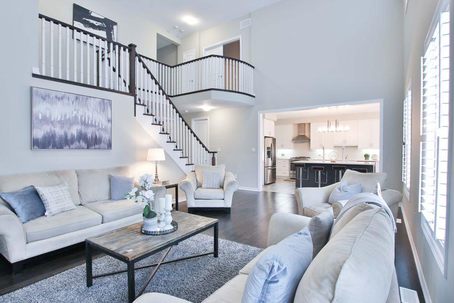 Salón clásico en blanco con gran escalera
