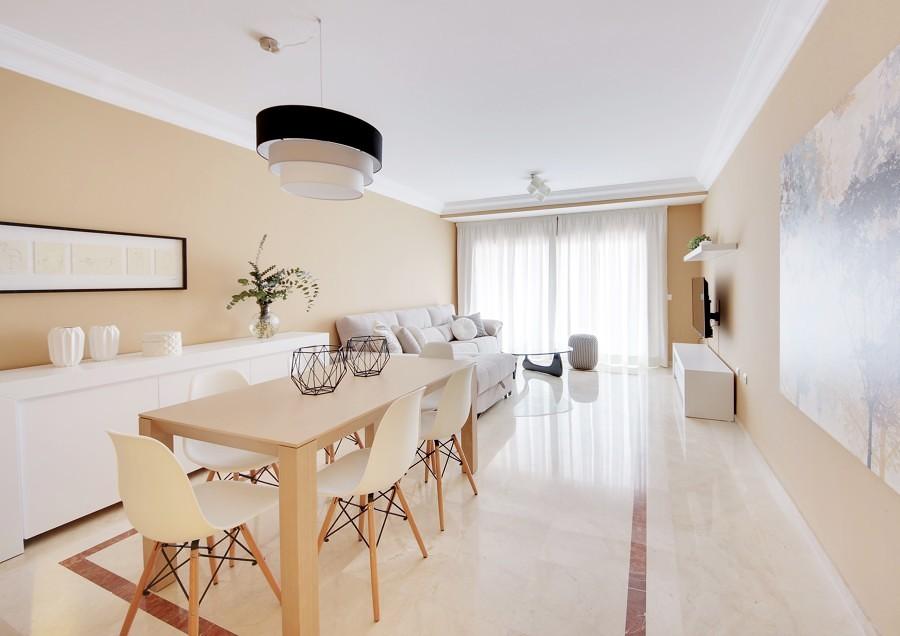 7 ideas que puedes robar de los mejores pisos modernos - Salon comedor minimalista ...