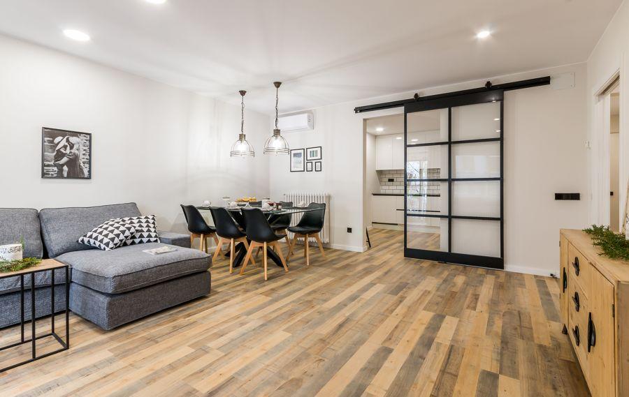 Salón comedor con suelo laminado efecto madera desgastada