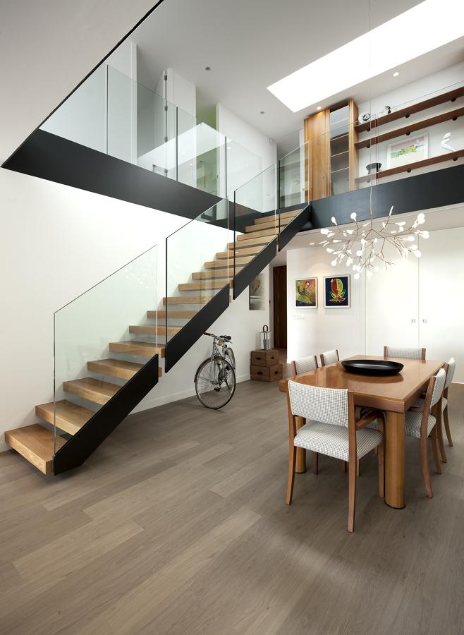 Foto sal n comedor escalera volada y doble altura de for Salones con escaleras interiores