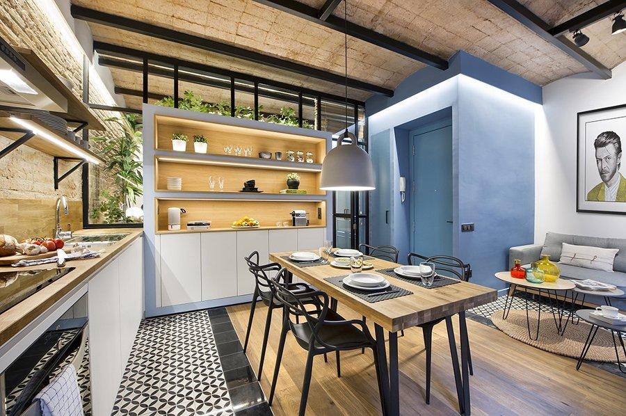 salón comedor y cocina, en tonos azules, amarillos y blancos