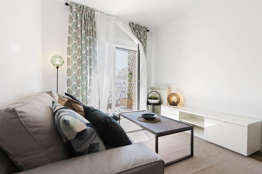 Salón con acceso a balcón con ventanas batientes
