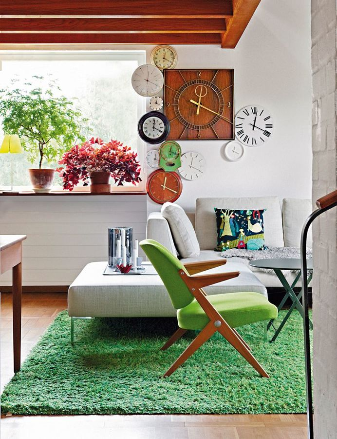 salón con alfombra de césped artificial